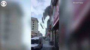 ผวา ! แผ่นหิมะประหลาดร่วงจากหลังคาตึกที่ตุรกี