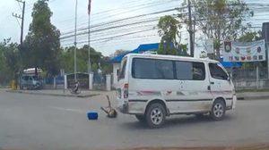 รถตู้รับ-ส่งนักเรียน ซิ่งทางโค้งทำเด็กตกรถ หวิดโดนทับซ้ำ !