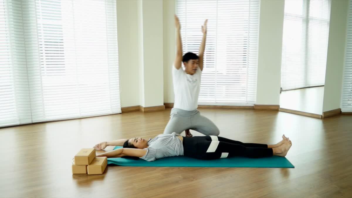 ท่าที่ 1 ออกกำลังกายฉบับสาวขี้เกียจ ด้วย 5 ท่าโยคะ สดชื่นสบายตัวทั้งวัน