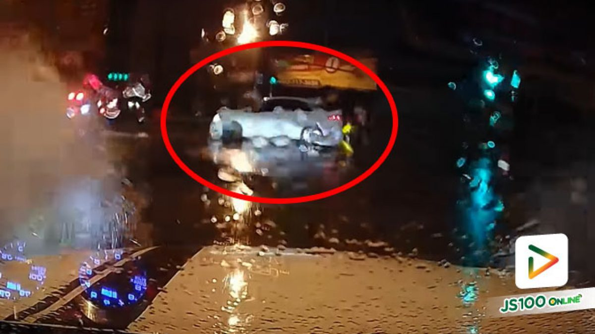 ถนนมีน้ำท่วมขังไม่พอ ยังเจอพวกฝ่าไฟแดงตัดหน้าอีก (22/07/2021)