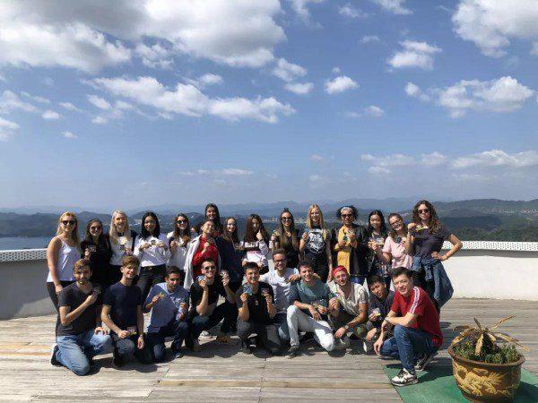 เยาวชน 25 คนมีความสุขมารวมตัวกันที่ Qiandao Lake ประเทศจีน