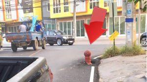 มายังไง! หัวดับเพลิงโผล่ผิวถนน ทำเกิดอุบัติเหตุรถชนจนยางแตก