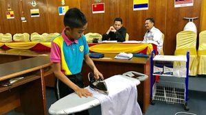 โรงเรียนใน มาเลเซีย สอบสัมภาษณ์ด้วยการให้นักเรียนโชว์สกิลการรีดผ้า