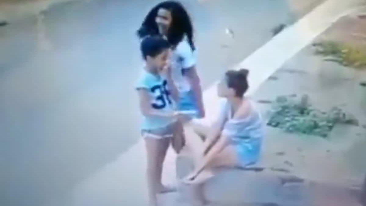 อยู่ยากขึ้นทุกวัน! เด็กบราซิลยืนเล่นมือถือ ก็โดนตบทรัพย์ได้ง่ายๆ แบบนี้