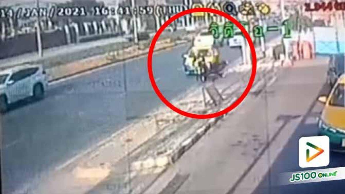 แท็กซี่หักเลี้ยวกะทันหันชนจยย. ทำคนซ้อนร่างกระแทกพื้นอย่างจัง (14/01/2021)