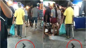คุณลุงเดินจูง 'งู' เล่นกลางตลาด ทำเอาผู้พบเห็นแตกตื่น!