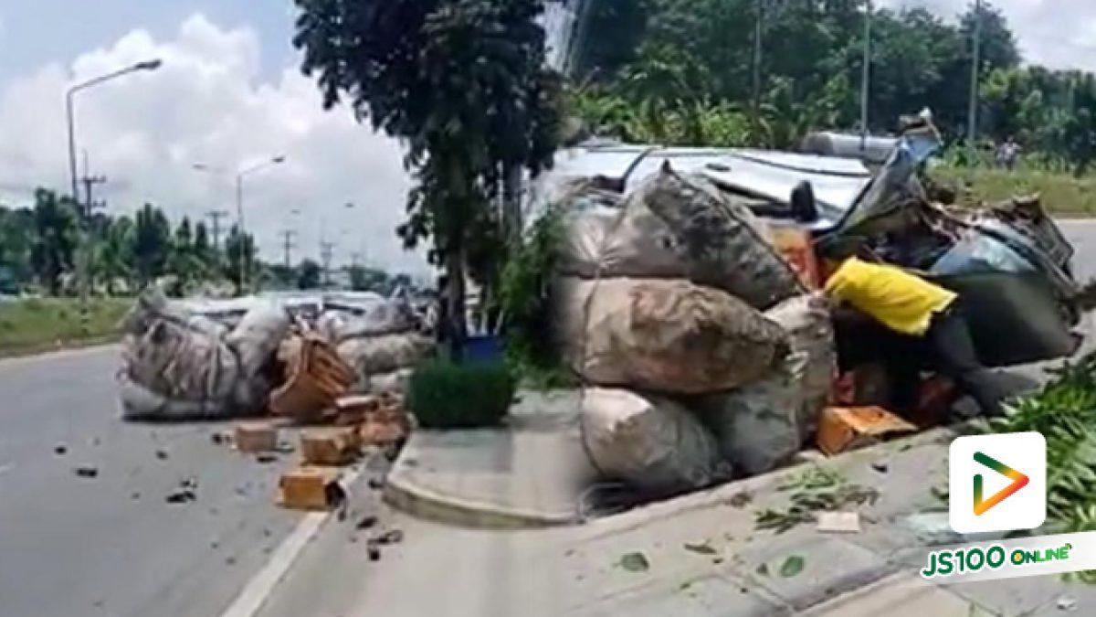 อุบัติเหตุรถกระบะบรรทุกของเสียหลักพลิกตะแคง จ.ระนอง
