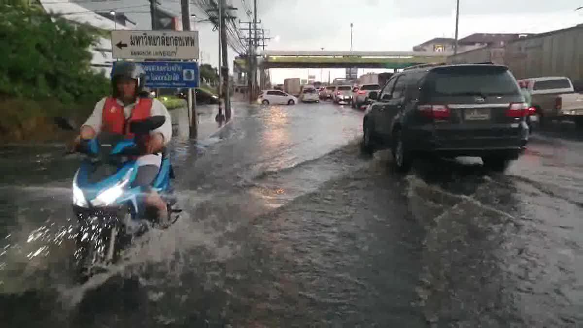 ฝนตกหนัก! ทำน้ำท่วมขัง ถนนพหลโยธิน ยาวหลายกิโลเมตร การจราจรติดขัด