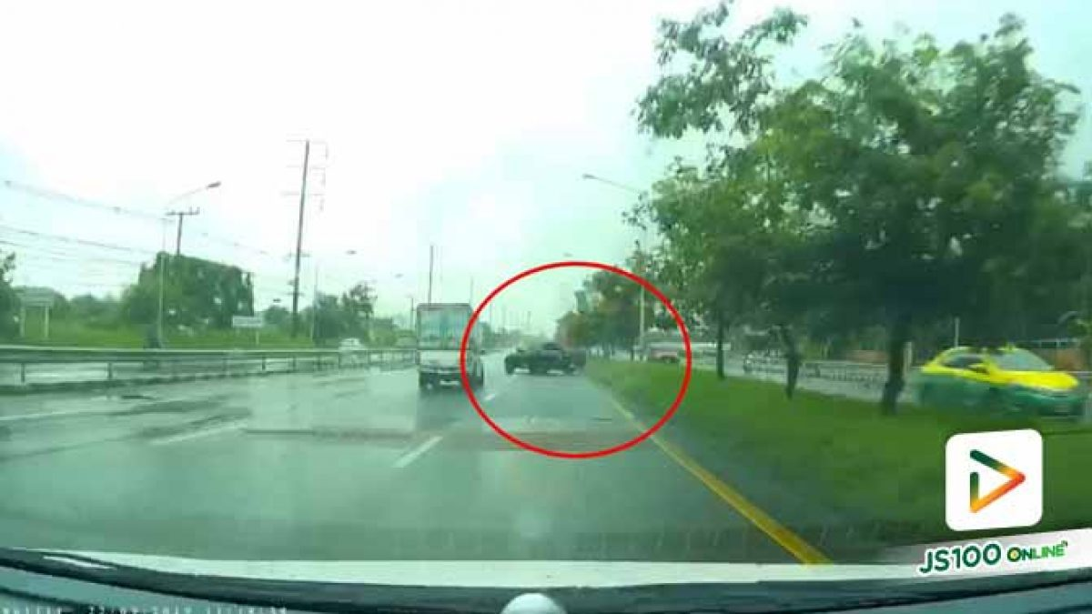 ฝนตกถนนลื่น อยู่ๆ รถอาจเสียหลักแบบนี้ (23-09-62)