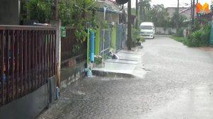 สุดทน! เพื่อนบ้านทำทางเท้าปิดท่อระบายน้ำ ทำน้ำท่วมบ้านทั้งหลัง