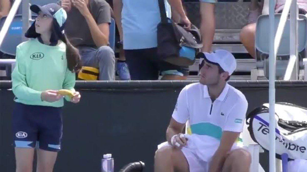 อัมไพร์ตำหนิหวดชายหลังใช้บอลเกิร์ลปอกกล้วยศึกออสเตรเลียน โอเพ่น