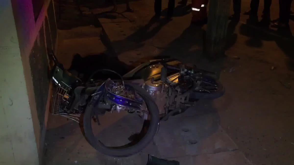 หนุ่มซิ่งจักรยานยนต์ชนสุนัขตาย ก่อนชนเสาไฟร่างกระเด็นเสียชีวิตคาที่