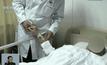 แพทย์จีนเลี้ยงใบหูที่แขนผู้ป่วยเพื่อใช้ปลูกถ่าย