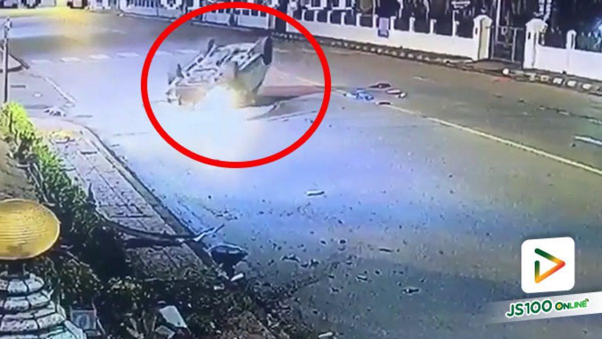 รถ SUV ซิ่งเสียหลักหมุนคว้างชนกำแพงรั้วอย่างรุนแรง ก่อนพลิกหงายท้อง (31/10/2020)