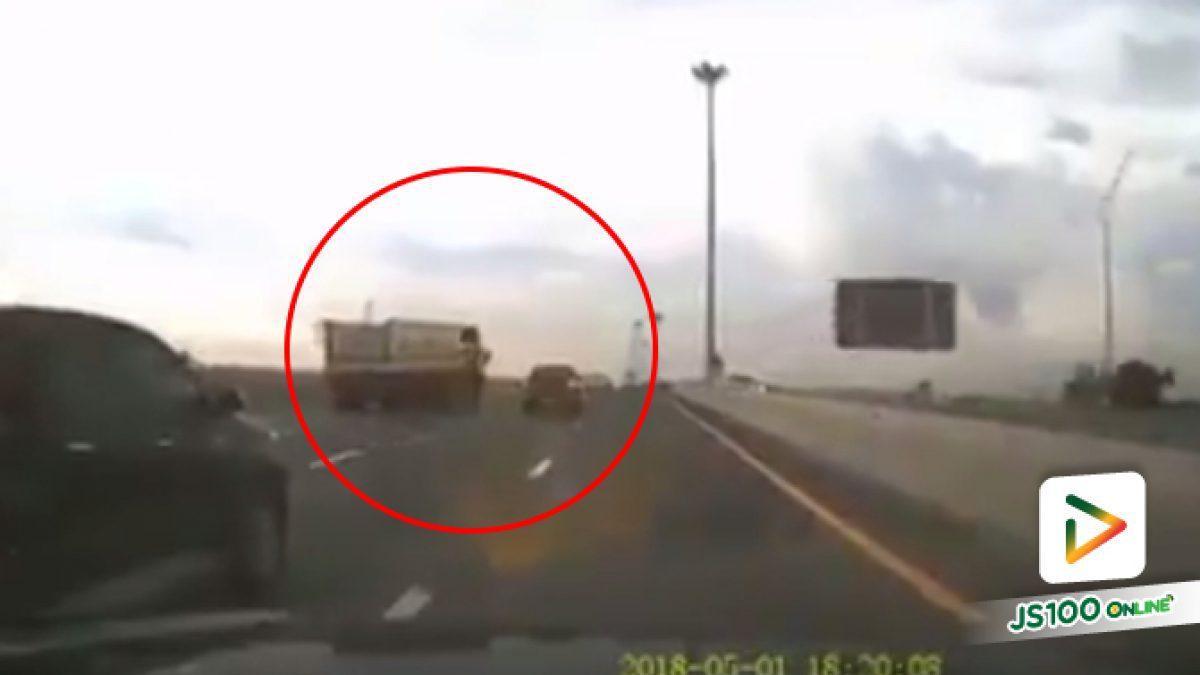 คลิปรถบรรทุกเสียหลักเบี่ยงชนกระบะ (02-05-61)