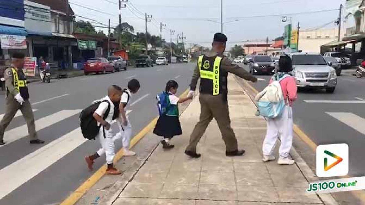 คลิปประทับใจ! ตำรวจจูงมือเด็กนักเรียนพาข้ามถนน ที่หน้าร.ร.บ้านหนองหว้า นครศรีธรรมราช (06/09/2019)