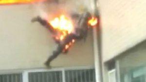 สะเทือนขวัญ คลิปนักผจญเพลิง ถูกไฟคลอก ดิ่งตึกหนีความตาย