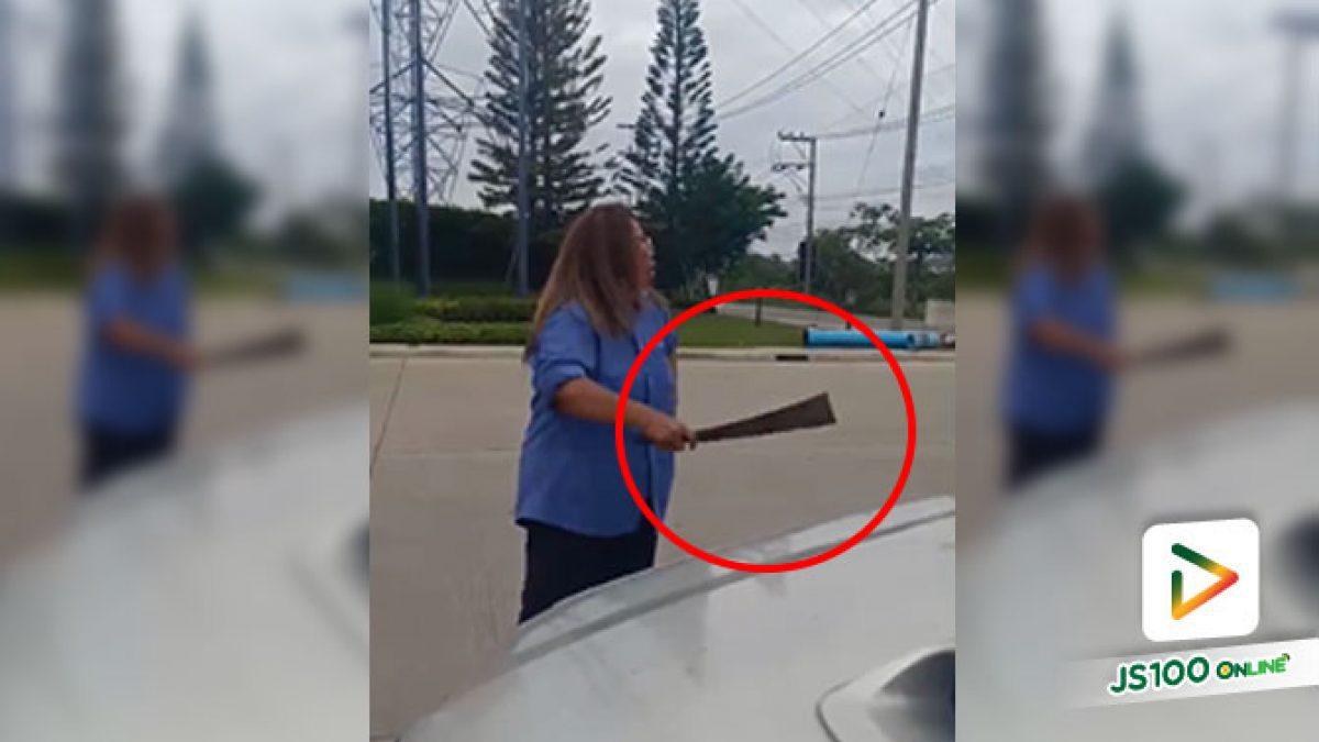 แท็กซี่หญิงหัวร้อน!! เข้าใจว่าคันหน้าเบรคเพื่อให้ชนท้าย ถืออีโต้ลงจากรถ โวยวาย – ชี้หน้าด่า (16/06/2020)