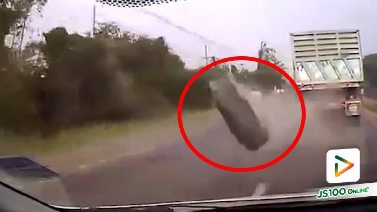 ยางล้อรถบรรทุกหลุดกระเด็นใส่เก๋ง 2 คัน ก่อนคู่กรณีเร่งเครื่องหลบหนี