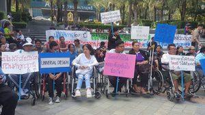 กลุ่มผู้พิการ กว่า 100 คน รวมตัวชุมนุม ยื่อฟ้อง รฟม. เรียกค่าเสียหาย 17 ล้าน