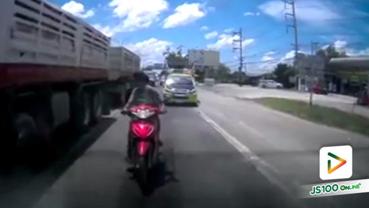 คลิปนาทีจยย.ชนท้ายรถคันหน้าแล้วหนีไป (06-06-61)