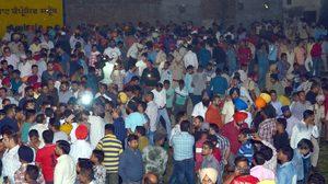 รถไฟความเร็วสูงวิ่งทับคน ในเทศกาลฮินดูที่อินเดีย ดับ 58 คน