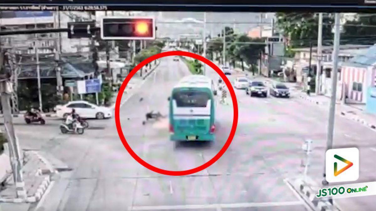 อ้างไฟเหลืองเบรคไม่ทัน! รถบัสฝ่าไฟแดง พุ่งชนจยย.เต็มๆ เสียชีวิต