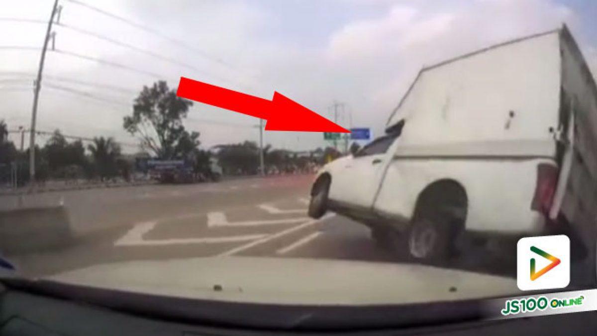 คนขับหลับใน! ปิคอัพซิ่งเสียหลักชนรถยนต์ ก่อนพลิกตะแคงไถลชนเสาป้ายบอกทางเต็มแรง เสียชีวิต