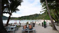 คนไทยเก็บเงินฝรั่ง ค่านั่งพักผ่อนริมชายหาด สารภาพมีรายได้วันละ 1 หมื่น
