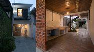 แบบบ้าน ตึกแถวสองชั้น แค่ทางผ่านแต่ก็สร้างบ้านได้!