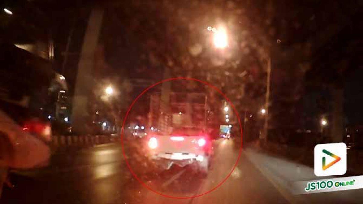 ชนจนได้! ปิคอัพจอดเลนขวาถนนวิภาวดี รอเบี่ยงออกทางขนาน สุดท้ายไม่รอด (2-11-62)