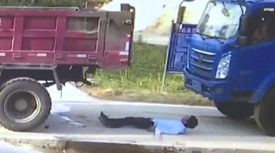 หวิดเละ! ชายจีน โดนรถบรรทุก ลืมดึงเบรคมือ ไหลชนอัด ก๊อบปี้ ขณะทำงานท้ายรถ