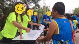 วิจารณ์ยับ!! งานวิ่งที่ชลบุรี นักวิ่งต้องเอามือรองน้ำดื่ม