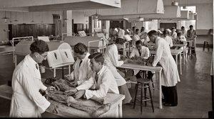 12 ภาพชวนขนลุก! การเรียนแพทย์-ผ่าศพ ในยุค 1900