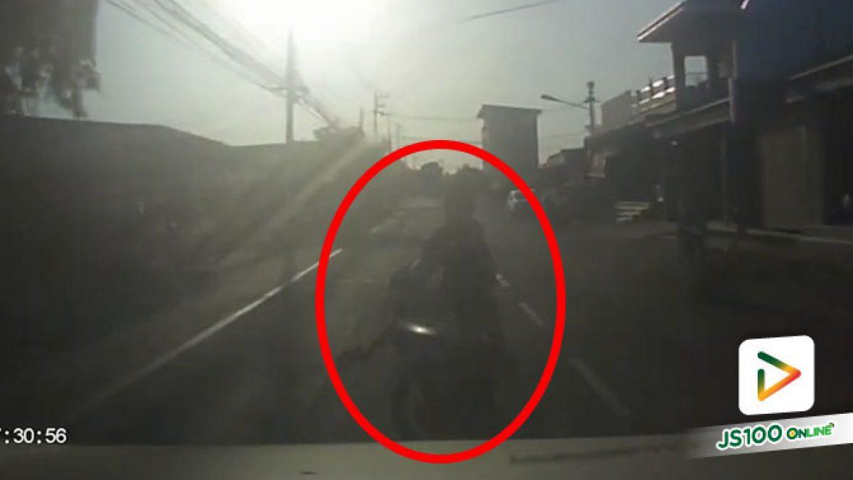 เด็กชายวัย 13 ปีขี่จยย.ข้ามถนน ก่อนเสียหลักพุ่งข้ามมาชนปิคอัพ บาดเจ็บ 2 คน (11/01/2021)