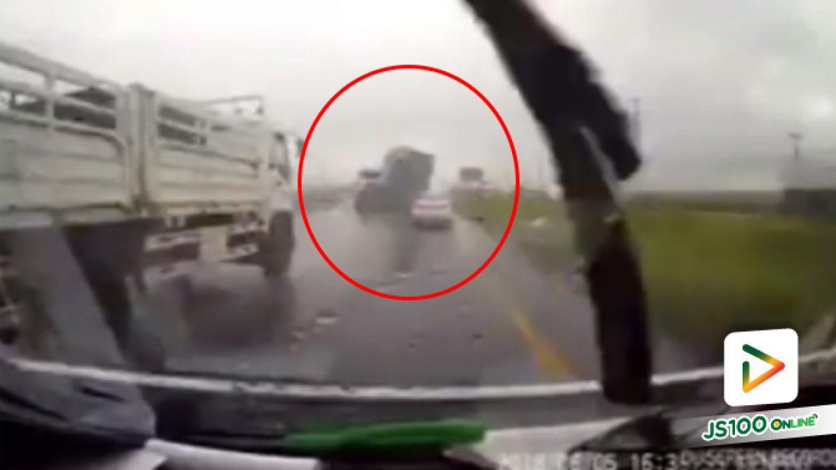 คลิปอุบัติเหตุรถพ่วงพลิกตะแคง บริเวณถนนพกลโยธิน กม.71 ขาเข้า (07-06-61)
