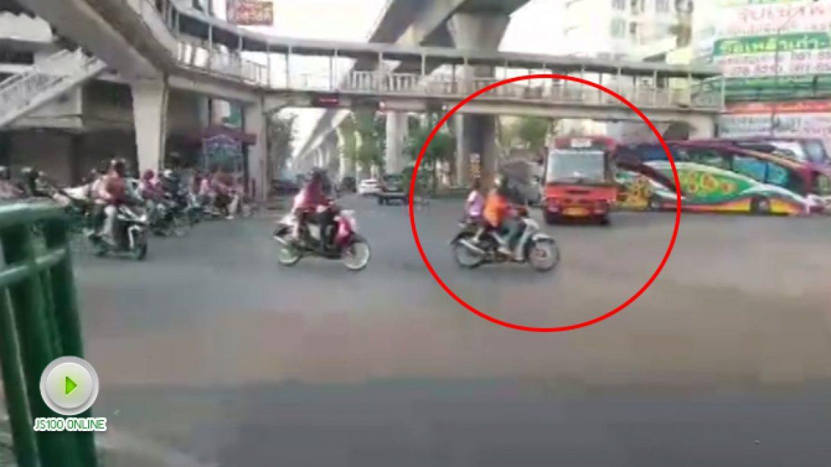 ขับขี่ฝ่าไฟแดงแบบนี้อันตรายจังครับ (18-01-61)