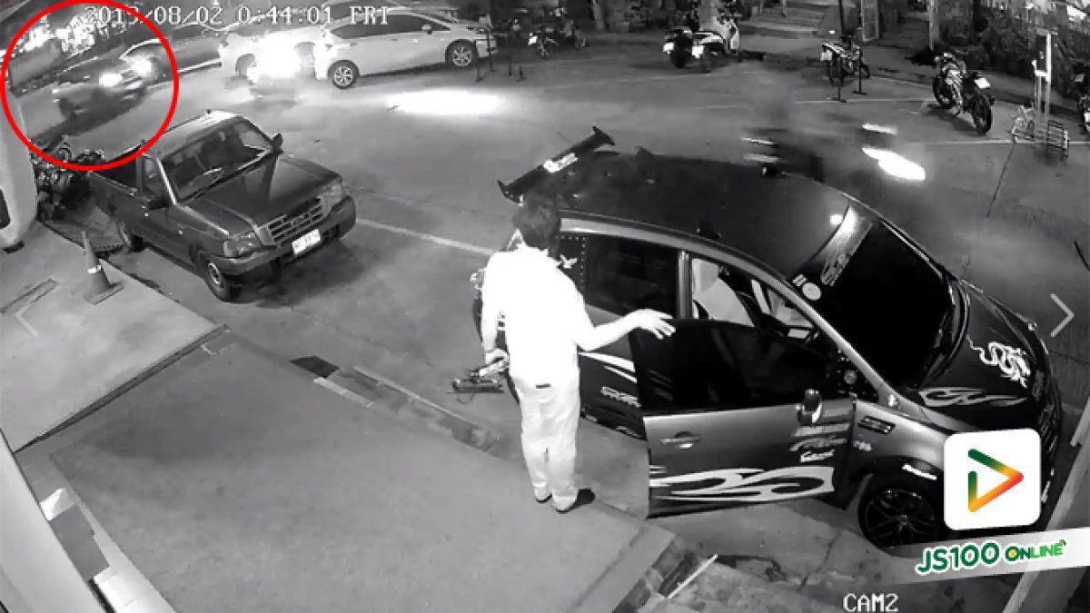 คลิปนาทีรถ SUV ซิ่งชนเก๋งที่จอดอยู่แล้วหนีไปที่ อ.ศรีราชา จ.ชลบุรี (08-08-62)