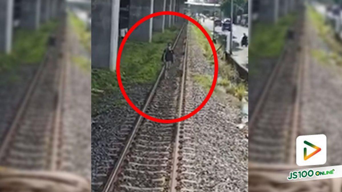 ชายยืนกลางรางรถไฟเคราะห์ดีหยุดขบวนทัน จยย.รับจ้างช่วยเกลี่ยกล่อม