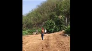 หนุ่มใหญ่ถือมีดเดินเข้าหาชายถือปืน โดนยิงสวนหมดโม่ ดับคาที่