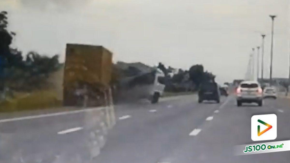 วินาทีรถบรรทุกตู้คอนเทนเนอร์ พุ่งชนรถบรรทุกและรถปิคอัพจอดไหล่ทาง บนทางหลวงมอเตอร์เวย์ เมื่อวานนี้ (1มิ.ย.2561)  ที่กม.57+400 มีผู้เสียชีวิต 7 คน