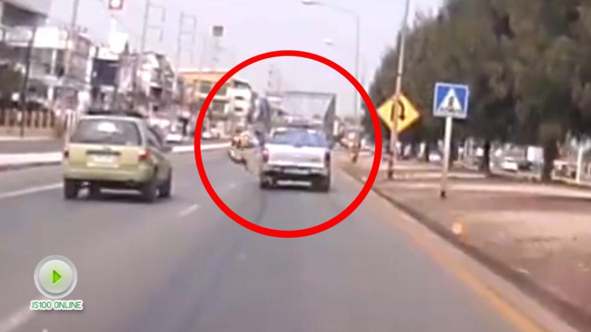 นาทีชีวิต..รถกระบะชนยายข้ามถนน (22-01-61)