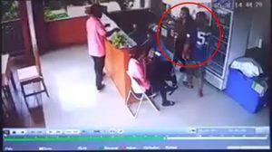 อดีตพนักงานหนุ่ม บุกไล่จับนมสาวถึงในโรงแรม พอเดินหนีกลับตามมาตบ