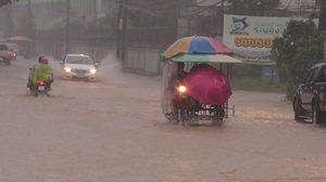 ฝนถล่มจ.ระยอง เกิดน้ำท่วมขังรอระบายกว่า 10 จุด สูง 20 ซม.