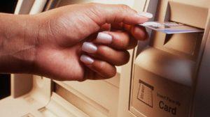สั่งแบงก์เพิ่มบัตร ATM ธรรมดา หลังลูกค้าร้องถูกบังคับทำบัตรมีบริการอื่นพ่วง