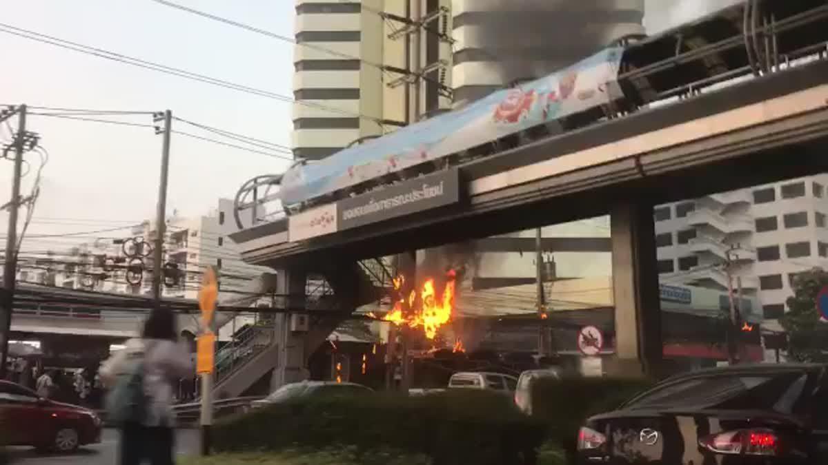 ไฟไหม้สายสื่อสาร บริเวณสะพานลอยฝั่งตรงข้ามเซ็นทรัลบางนา