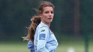 แฟนบอลฮือฮาเมื่อผู้ตัดสินสาวสวยชาวโปแลนด์ลงทำหน้าที่