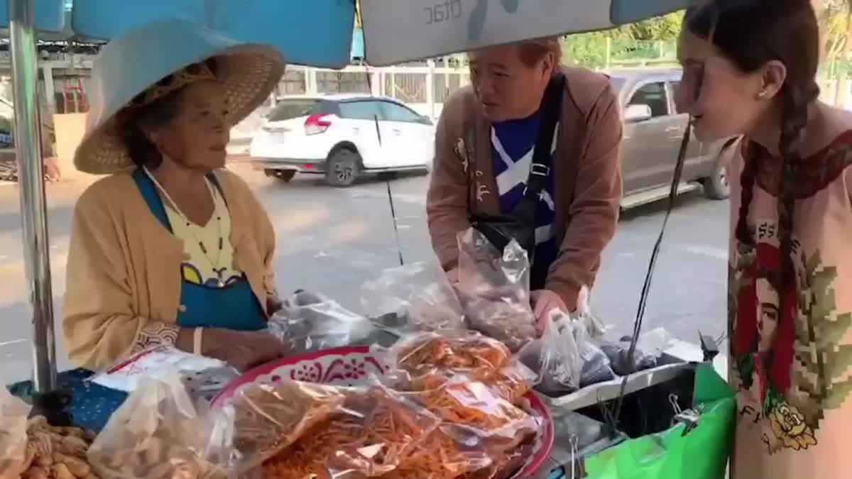 เป็นกันเองมาก! แอน ทองประสม ยืนคุยกับแม่ค้าขายถั่วริมถนน ในจังหวัดขอนแก่น