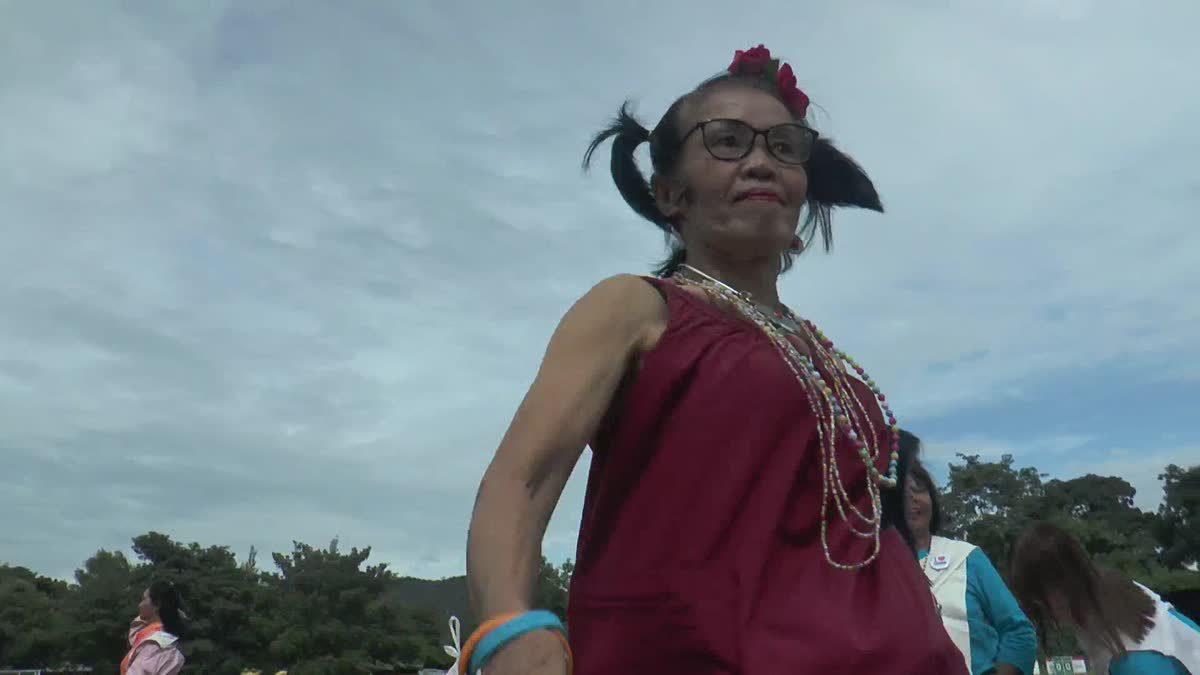 อึ้ง !! คุณยายวัย 68 โชว์สเต็ปส้มตำลีลา ทำสนามกีฬาครื้นเครง