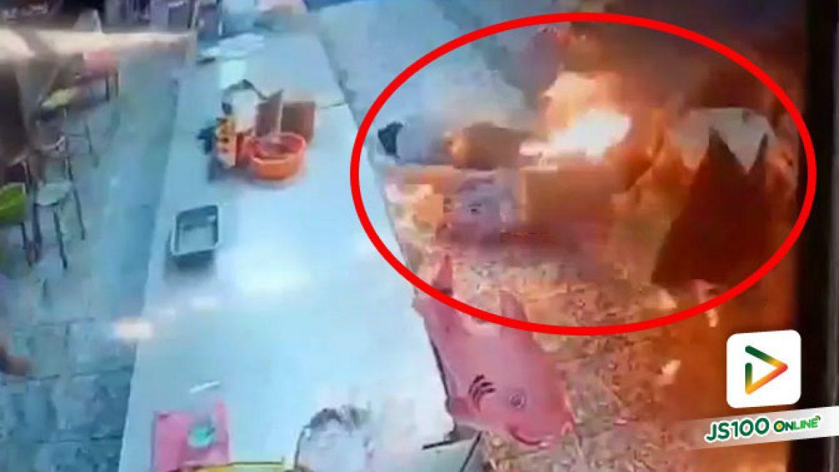 ระทึก! ชายจุดไฟเผาตัวเองกลางตลาด นักท่องเที่ยวเข้าช่วยโดนลวก บาดเจ็บ 4 คน